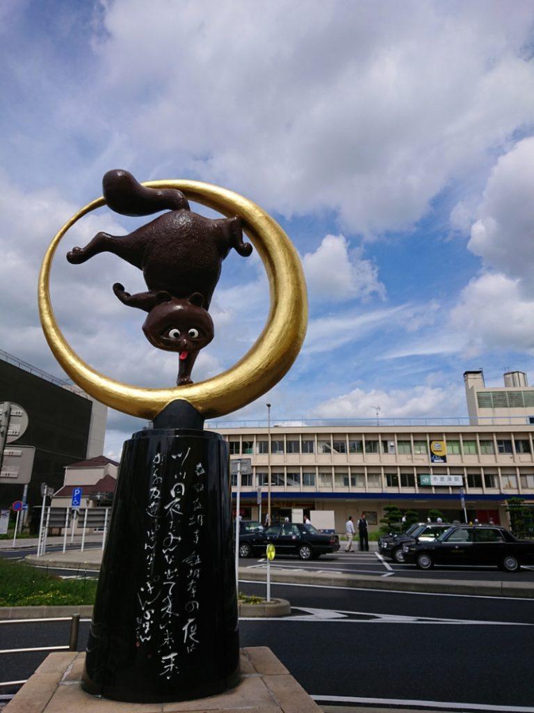 木更津駅前にある「逆さ狸 きぬ太くん」